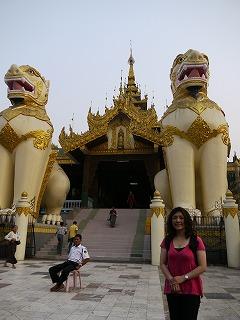 ミャンマーでは、JENが設置したサイクロン災害者のためのシェルターや、災害教育の視察をしています。
