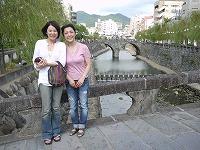 長崎の眼鏡橋を背景に